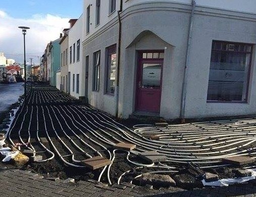 Строят тротоар с кабели