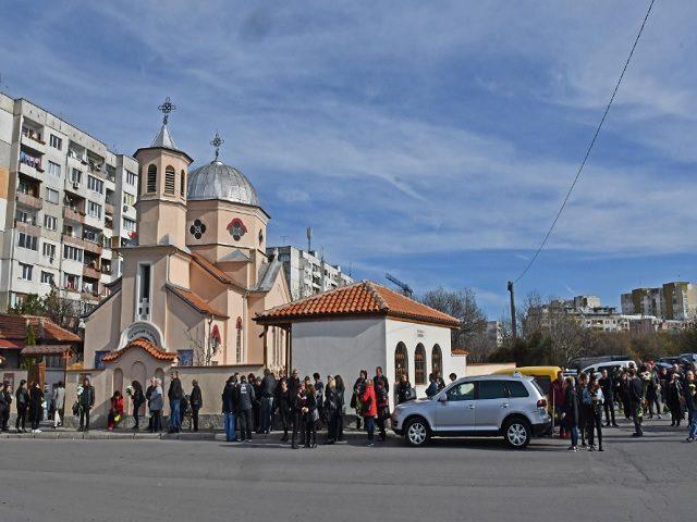 Стотици се простиха с жертвите Дарина и Никол