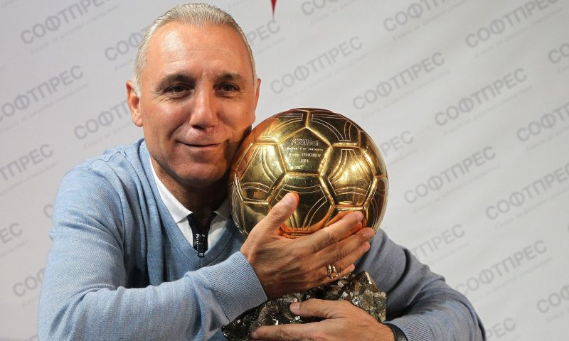 Стоичков представи автобиографията си и показа златната топка