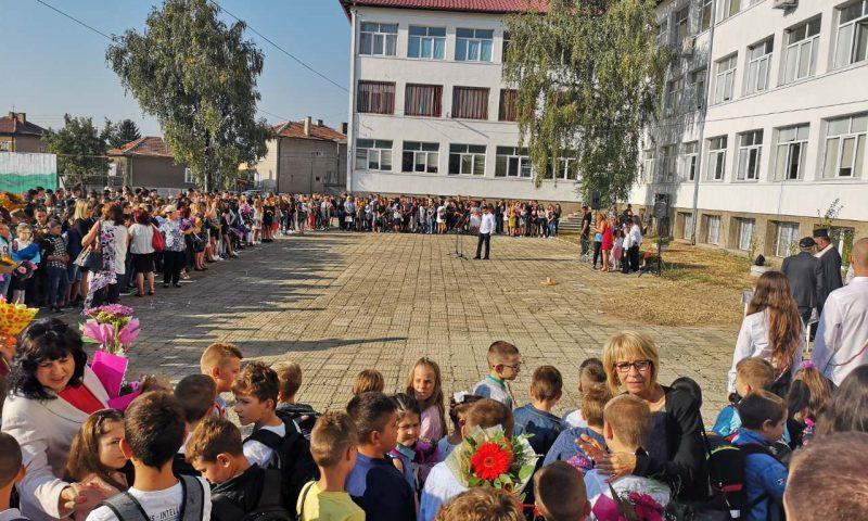 Първият учебен ден в Елин Пелин – много деца, усмивки и слънце